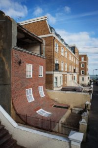 installatie: Alex Chinneck